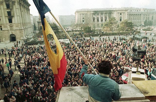 """O nouă dezbatere despre Revoluţie, la Conti. """"1989. Trecutul apropiat (nu) este o țară străină"""""""
