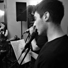 Poethree: Când versurile alunecă pe scenă