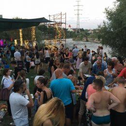 Proiectul Vamos a la playa al Urbannect a umplut până la refuz Plaja Grigorescu. Concert acustic Luna Amară de succes