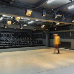 Trei companii independente de artele spectacolului și două teatre de stat s-au unit în inițiativa teatruîncluj. Oferă card de fidelizare publicului